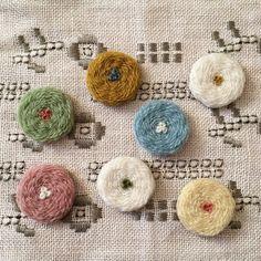 * 何だか、おいしそう。  ただいま、2つの企画展の準備中。 どちらにどの色が並ぶかは、お楽しみ。 Hand Embroidery Patterns, Vintage Embroidery, Ribbon Embroidery, Cross Stitch Embroidery, Embroidery Designs, Weaving Art, Hand Weaving, Hand Embroidery Tutorial, Contemporary Embroidery