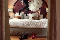 Sjov bryllupsfoto idé - hop i sengen! Læs vores blog indlæg om anderledes bryllupsfoto på tilbrylluppet.dk