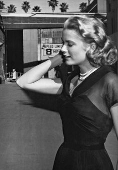 Grace Kelly on the set of Rear Window, 1954 Hollywood Actor, Golden Age Of Hollywood, Vintage Hollywood, Hollywood Glamour, Hollywood Stars, Classic Hollywood, Grace Kelly Mode, Grace Kelly Style, Grace Kelly Fashion