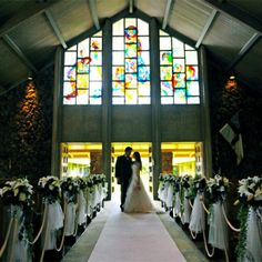 ステンドグラスから差し込む光が神秘的な雰囲気で包み込む神聖な儀式 閑静な高級住宅地・アイナハイナ地区にあり、地元の信者たちに大切にされている落ち着きのある教会です。温かい雰囲気や優しく穏やかな牧師先生の人柄も魅力的。挙式後は、プルメリアが咲く芝生のガーデンで、乾杯やケーキカットを楽しめるのも海外ウェディングならでは。