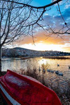 Λίμνη Ορεστιάδα, Καστοριά ~ η κόκκινη βάρκα Lake Orestiada, Kastoria, Greece | Red boat by Ioannis Ioannidis