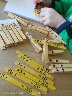 Jugar y aprender no están reñidos y prueba de ello es este original y entretenido juego de operaciones matemáticas. Para ello necesitamos pinzas de la ropa y palitos de helado. Una vez escritas las operaciones incompletas en los palitos se coloca la respuesta correcta eligiendo la pinza adecuada.