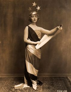 Happy of July, America! We're loving this gorgeous vintage photo of star Betty Compson dressed as Lady Liberty, how about you? 1920s Costume, Vintage Costumes, Vintage Outfits, Vintage Fashion, Vintage Clothing, Vintage Dresses, Vintage Photographs, Vintage Images, Antique Photos