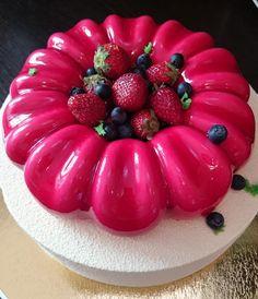 Двухъярусный торт. Миндальный бисквит с черникой, клубника в желе, ванильный сливочно-сырный мусс, черничное кремю, клубнично-базиликовый мусс, покрытие глазурь и велюр.
