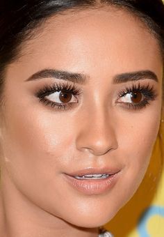Close-up of Shay Mitchell at the 2015 Teen Choice Awards… Celebrity Makeup Looks, Celebrity Beauty, Beauty Makeup Tips, Hair Beauty, Shay Mitchell Makeup, Teen Choice Awards 2017, Zendaya Hair, Makeup Trial, Pretty Makeup Looks
