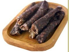 Droewors is a South African snack made from beef/lamb and traditional spices, made into a sausage and then air dried. Sausage Recipes, Cooking Recipes, How To Make Sausage, Sausage Making, Biltong, South African Recipes, Beef Jerky, Appetisers, Carne