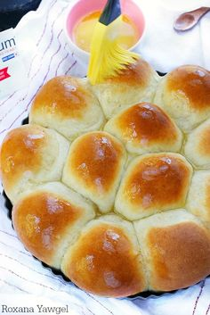 Foolproof 30 Minute Dinner Rolls - Flour, yeast, butter and milk is all you need to create these soft and fluffy dinner rolls in less than 30 minutes! These foolproof dinner rolls are so easy to make you'll never go store-bought again! Quick Yeast Rolls, Fluffy Dinner Rolls, Dinner Rolls Easy, Easy Rolls, Bread Recipes, Cooking Recipes, Easy Recipes, Soft Bread Recipe, Homemade Rolls