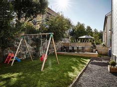Tuinontwerp ideeën kindvriendelijk Small Courtyard Gardens, Small Courtyards, Patio Tiles, Backyard Garden Design, Outdoor, Euro, Gardens, Outdoors, Outdoor Games