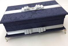 Caixa toalete para festas de casamento, aniversários ou bodas.  Possui bordado na tampa.  Consulte preço com itens de higiene e rótulos personalizados.  Tamanho 33x25