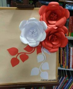 Large Paper Flowers, Paper Flower Wall, Paper Flower Backdrop, Paper Roses, Diy Flowers, School Decorations, Paper Decorations, Hobbies And Crafts, Diy And Crafts