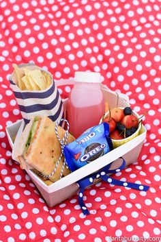 DIY Picnic Boxed Lunch Ideas! So cute for birthday party, baby shower, bridal shower. http://fantabulosity.com