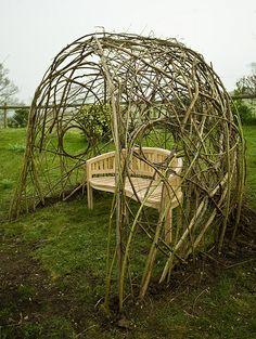 Living Willow Seat Shelter, Dorset by Tim Johnson, dat moet toch te doen zijn