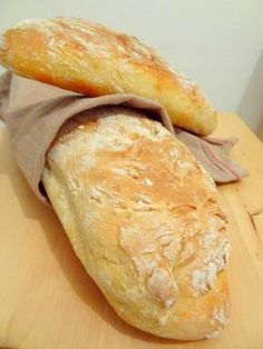 Bread without kneading For 2 baguettes: 375 g of flour 1 teaspoon of salt 25 cl of water 5 cl of milk 1 tablespoon of honey 1 sachet of baker's yeast. Tapas, Bread Recipes, Cooking Recipes, Brunch, Cooking Bread, No Cook Meals, Love Food, Food Porn, Food And Drink