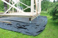 Pihakeittiön perustuksina on ruuvipaalut (vajaan metrin mittaiset), jotka pyöritettiin rautakangen avulla maan sisään paksuhkon pintamullan...