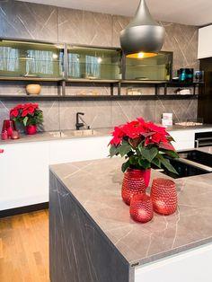 Nun ertrahlt auch der ewe Küchenschauraum in Pasching (OÖ) in weihnachtlichem Glanz, und unsere Ausstellungsküchen haben einen tollen Advent-Look erhalten! Küchen Design, Advent, Modern, Kitchen Island, Home Decor, Home Kitchens, Sparkle, Christmas, Deco
