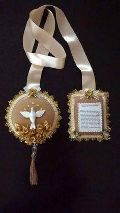 Escapulário de porta Divino Espírito Santo.    O formato do Espírito Santo no gesso, pode variar um pouco conforme o fornecedor.    Em feltro, decorado com flores artificiais douradas, chatons dourados, pérolas, fita de organza, rococós, passamanaria, bolinhas de cristal, fita de cetim, passamana... Book Markers, Baptism Favors, Ribbon Bookmarks, Little Birdie, Heart Of Jesus, Dream Baby, Family Crafts, First Communion, Catholic