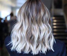 Cheveux ondulés, courts, éclaircis aux pointes  #GrCreative #ShortHair #Hair #Hairstyle #Blond #Haircolour #Wavy