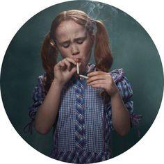 Provocativas imágenes de niños fumando por Frieke Janssens - Antidepresivo