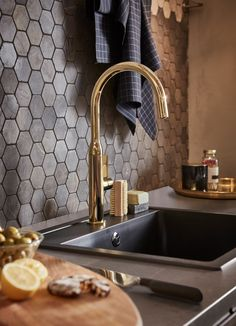 Cuisine Ikea : The Golden kitchen faucet Dreaming of a kitchen with a sparkly faucet? The IKEA NYVATTNET kitchen faucet comes in polished brass and black. Modern Kitchen Interiors, Modern Kitchen Design, Modern House Design, Interior Design Living Room, Kitchen Buffet, Ikea Kitchen, Island Kitchen, Kitchen Small, Kitchen Living
