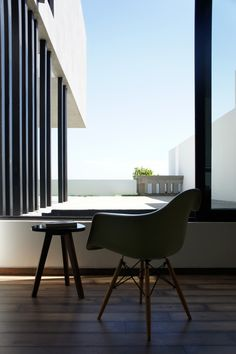 Modern Home Office // House / studio + Pablo Casals-Aguirre Decoration Design, Deco Design, Studio Design, Porches, Mid-century Modern, Modern Design, Interior Design Gallery, Commercial Interiors, Art And Architecture