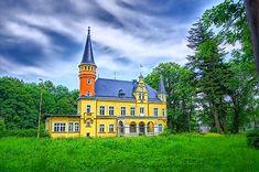 Pałac w Jodłowniku wybudowany w XIX wieku. Obecnie jest własnością prywatną.