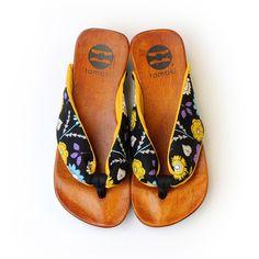 50種類以上の花緒から下駄を選べるtamakiのオンラインショップです。本当に良い靴は履き主を内側から美しくするもの。お洋服にも合わせやすいtamakiはファッションを楽しみながら姿勢を整え、履き主を内側から輝かせる履物です。
