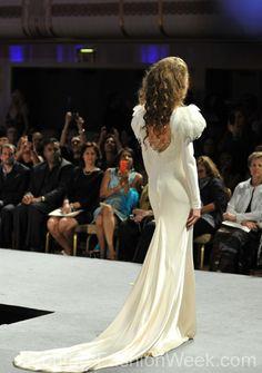 #moteuke #design #model #stil #kvinne #IsabelZapardiez #mote #couture #fashion #fjær #hvit #slør #brudekjole #kjole