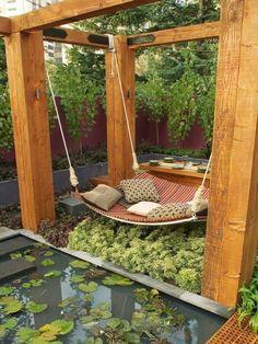 des meubles du bois pergola moderns pour le salon de jardin, adorable berceau auprès d`un tout petit lac frais