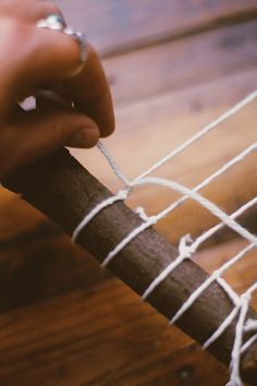 DIY Branch Weaving 2019 diy branch weaving string The post DIY Branch Weaving 2019 appeared first on Weaving ideas. Weaving Projects, Weaving Art, Tapestry Weaving, Loom Weaving, Tapetes Diy, Nature Crafts, Loom Knitting, Free Knitting, Weaving Techniques