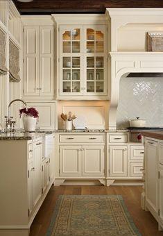 Simple and elegant cream colored kitchen cabinets design ideas (21)