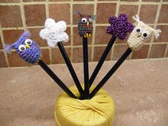 "Képtalálat a következőre: ""crochet pencil topper"" Crochet Owls, Crochet Gifts, Cute Crochet, Crochet Animals, Crochet Patterns, Crochet Hedgehog, Animal Pencil Case, Yarn Crafts, Diy Crafts"