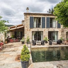 Le Domaine du Fayet, Ferienhäuser und Bed & Breakfast in der Ardèche, Faserstühle & # Casa & # 39 ;, Leuchter & Faubourg & # 39 Le Domaine du Fayet, cottages and bed and breakfast in the Ar Modern Mediterranean Homes, Tuscan House, French Country House, Stone Houses, Architecture, My Dream Home, Exterior Design, Stone Exterior, Future House