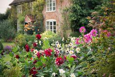 Un adorabile cottage inglese e il suo coloratissimo giardino colti dall'obiettivo di Rachel Warne, una delle più famose fotografe anglosassoni di spazi verdi Specializzata in reportage di parchi e giardini, Rachel Warne collabora con le maggiori riviste e case editrici di giardinaggio: in que