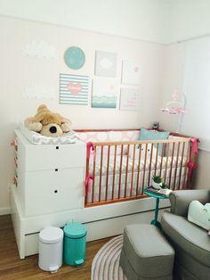 Quarto da Júlia. Quarto de bebê. Cinza, rosa, verde-água. Uauá baby.