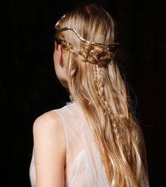 Nuevos peinados de novia e invitada en #Pinterest #Glamour https://es.pinterest.com/glamourspain/ Foto: InDigital.InDigital/ @maisonvalentino.