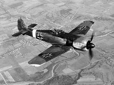 El Focke-Wulf Fw 190, fue un avión de caza alemán de la WW II. Este avión monoplaza propulsado por un motor radial fue el último caza de pistón alemán producido en masa en entrar en acción en la guerra. Reemplazó de forma parcial al exitoso Messerschmitt Bf 109 a partir de 1941, fue empleado como caballo de batalla de la Luftwaffe, y demostró ser competente para una amplia variedad de funciones: caza de superioridad aérea, cazabombardero, avión de ataque a tierra, caza de escolta.