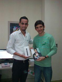 El es Jose Pachón, ganador de un ONE TOUCH IDOL ULTRA en el concurso realizado por Bureo.com.