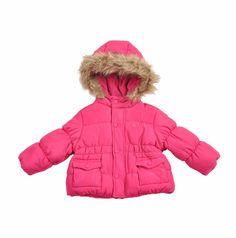 """Chaqueta acolchada tipo """"Dudun"""" para bebe niña, en color fucsia. Chaqueta forrada por dentro en algodón, capucha con el borde cubierto de """"fur"""" pelo sintético en color beige. La capucha esta forrada por dentro en polar """"fleece"""". The Bund, Color Beige, Winter Jackets, Fashion, Padded Jacket, Hot Pink, Cowls, Little Girl Clothing, Jackets"""