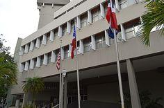 """29 de octubre del 2013. 2:45pm Están banderas estaban en el área principal del edificio """"Cobians Plaza"""" en hato rey. Las banderas están en su tamaño medio con la presentación de la de Estados Unidos , Puerto Rico y se añadió la de República Dominicana."""