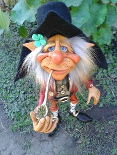 Wearing a four leaf clover! Elves And Fairies, Clay Fairies, Hobbit, Trolls, Dragons, Elf Art, Kobold, Fantasy Figures, Fairy Figurines