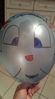 Dessiner une tête de bonhomme... sur un ballon ! Matériel : 1 ballon et quelques feutre Velleda :)