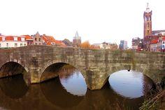 De Steenen Brug of Maria Theresiabrug uit 1771, aan het begin van de straat, biedt een mooi uitzicht op de Roer. Deze rivier stroomt enkele honderden meters verder in de Maas. De brug is opgetrokken uit Naamse steen en is meerdere malen verwoest geweest. De laatste restauratie dateert van 1954. Aan de overzijde van de brug, in de Voorstad Sint Jacob, bepalen oude panden rond een stil plein de sfeer. Het karakteristieke pleintje met een jeu de boulesbaan doet denken aan een oud Frans dorpje.