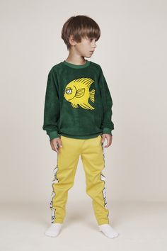 Sudadera de Mini Rodini. Boys Long Hairstyles, Boy Pictures, Little Dresses, Clothing Ideas, Cute Boys, Sweatpants, Socks, Long Hair Styles, Retro