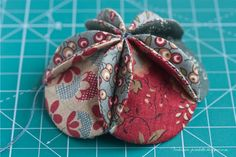 master class sobre a bola do vintage / Natal do vintage tutorial bola - serões Fabric Christmas Decorations, Quilted Christmas Ornaments, Christmas Card Crafts, Fabric Ornaments, Noel Christmas, Ball Ornaments, Christmas Projects, Christmas Patchwork, Christmas Sewing