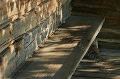 Penkki - rakennus hirsi pinnat muodot puu heijastus valo varjo tunnelma penkki kestävä pinta muoto lauta lattia seinä rako yksityiskohta vanha historia historiallinen arkkitehtuuri rakentaminen pinnanmuodot