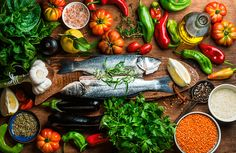 Adhering to a Mediterranean diet was associated with a lower risk of early death among adults 65 and older, a new study finds. The Mediterranean diet is rich in fish, vegetables, nuts, legumes and healthy fats. Dieta Dash, Healthy Foods To Eat, Healthy Eating, Healthy Recipes, Healthy Sushi, Healthy Fats, Dieta Anti-inflamatória, Dash Diet, Mediterranean Diet