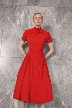 Emilia Wickstead Resort 2019 Fashion Show Collection: See the complete Emilia Wickstead Resort 2019 collection. Look 17 1980s Fashion Trends, Fashion News, Red Fashion, Fashion Looks, Fashion Outfits, Fashion Women, Fashion Models, High Fashion, Men's Casual Fashion Tips