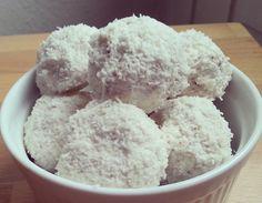 Zutaten    140 g Magerquark  110 g Körniger Frischkäse  20 g gemahlene Mandeln  10 g Kokosflocken  5 g Sportnahrung Wehle Macadami...