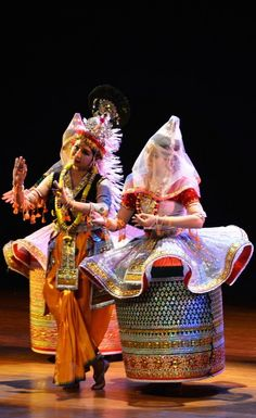 Manipuri is one of the major classical dance forms of India. Let's have a look at its history, costumes, repertoire and famous exponents of this fascinating dance. Manipuri Dance, Folk Dance, Dance Poses, Indian Classical Dance, Classical Music, Rajasthani Bride, Ritual Dance, Cultural Dance, New Rangoli Designs