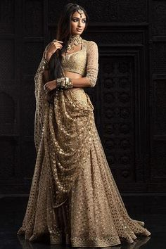 Absolutely love this Tarun Tahiliani piece from the Bridal and Couture Collection - Indian bride - Indian wedding - Indian designer - Indian couture - gold lehenga Bollywood Sari, Mode Bollywood, Bollywood Fashion, Bollywood Jewelry, Bollywood Wedding, Indian Wedding Outfits, Bridal Outfits, Indian Outfits, Bridal Dresses